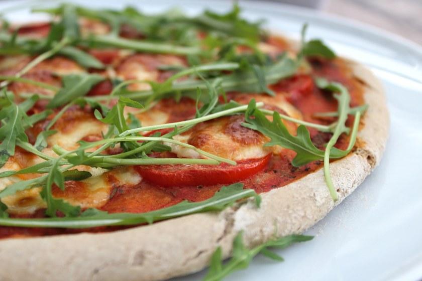 Glutenfreie und vegane Buchweizen Pizza mit Tomaten