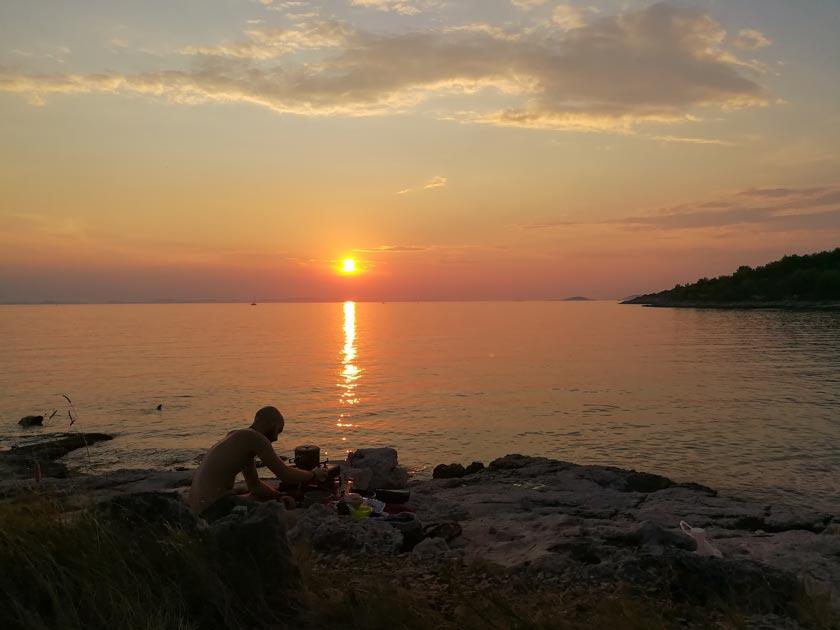 Dinner am Meer bei Sonnenuntergang