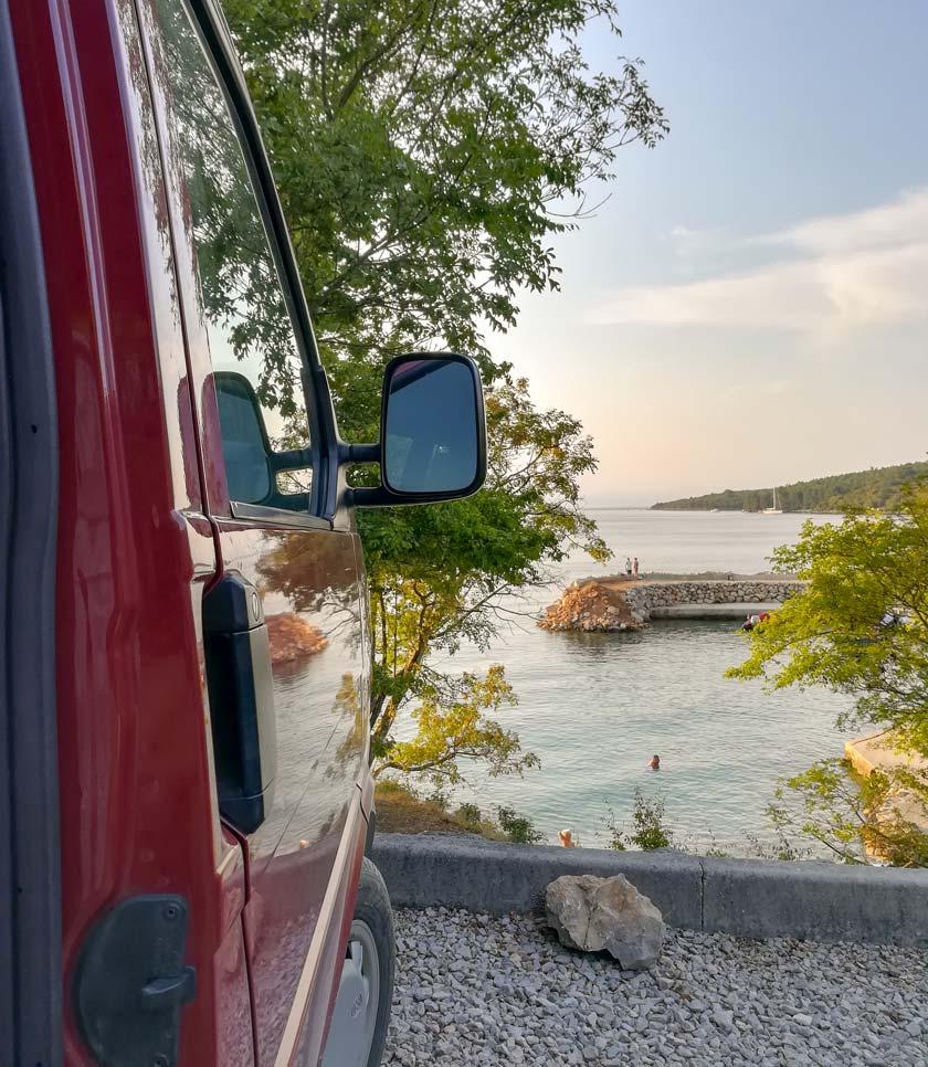 Parkplatz direkt am Meer auf der Insel Krk