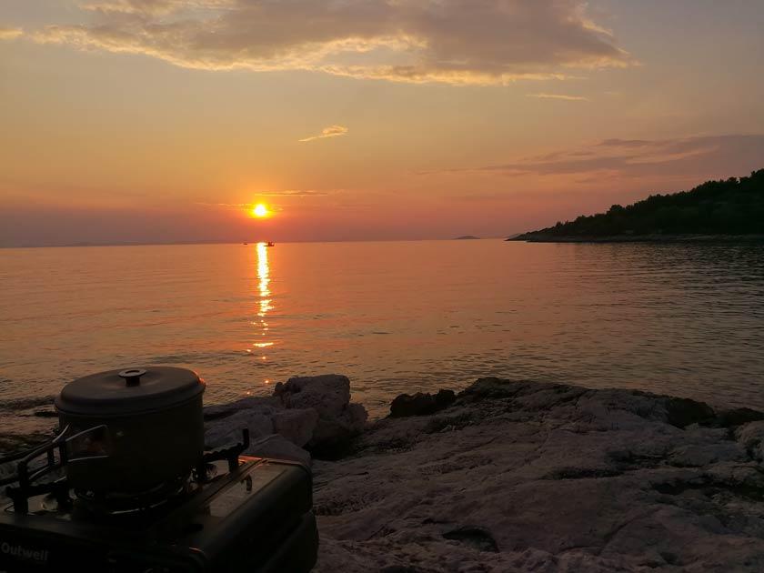 Kochen bei Sonnenuntergang - Tisno