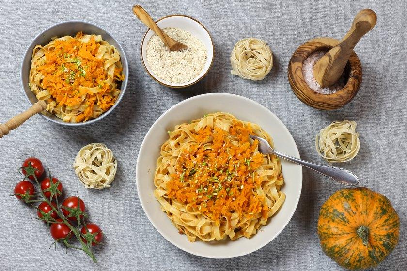 Tagliatelle mit Kürbis, Karotte & Tomaten-Sahne Pesto veganes Rezept