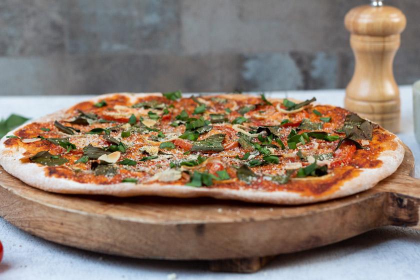 Rezept für Pizza mit Bärlauch und veganem Parmesan