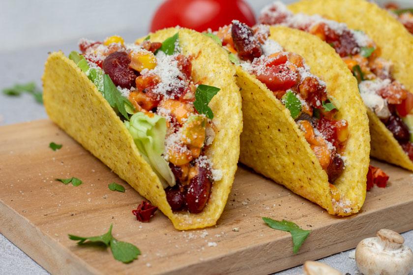 Tacos mit Gemüsefüllung und veganem Hackfleisch