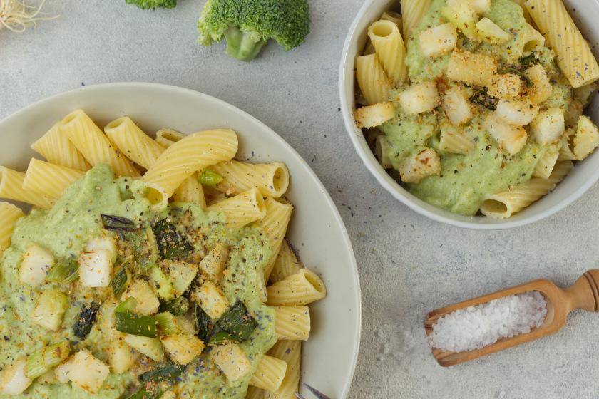 Pasta mit Brokkolisauce und Kohlrabi-Topping - purelimon