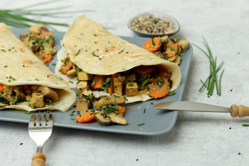 vegane Pfannkuchen mit Kräutern und Gemüse